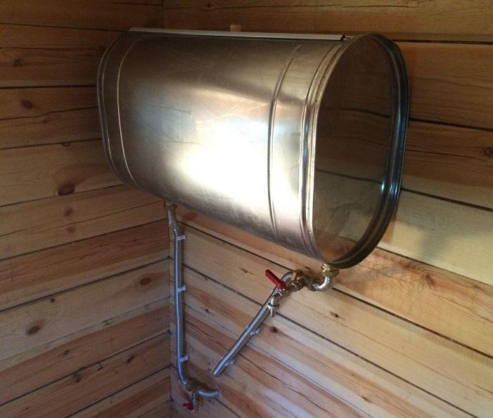 Навесной бак в мойке бани